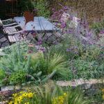 Kundengarten mit Hochbeet und Trockenmauer